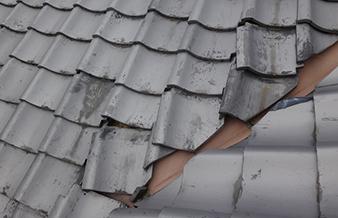 ⽡がずれている・屋根の汚れが気になる