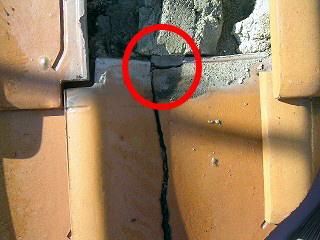 地瓦の割れによる雨漏り2