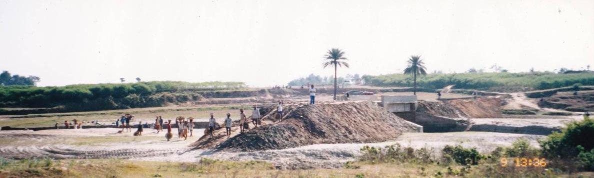 小学校手前にある建設中(当時)の橋