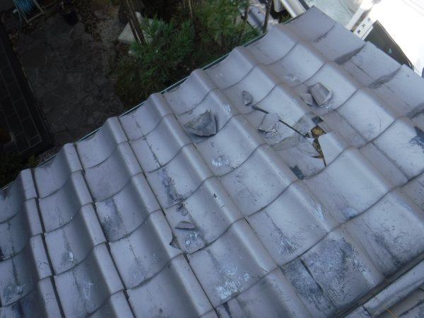 強風で二階から地面まで瓦が落ちましたサムネイル