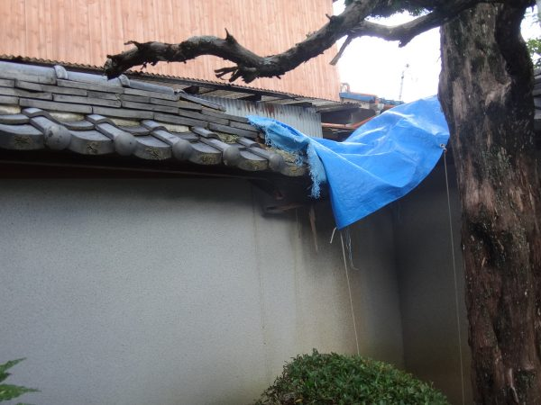 塀が崩れていますサムネイル