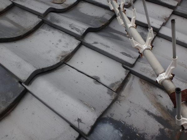 この割れかたは、すぐに雨漏りします 【奈良県の屋根工事専門店・瓦善】サムネイル